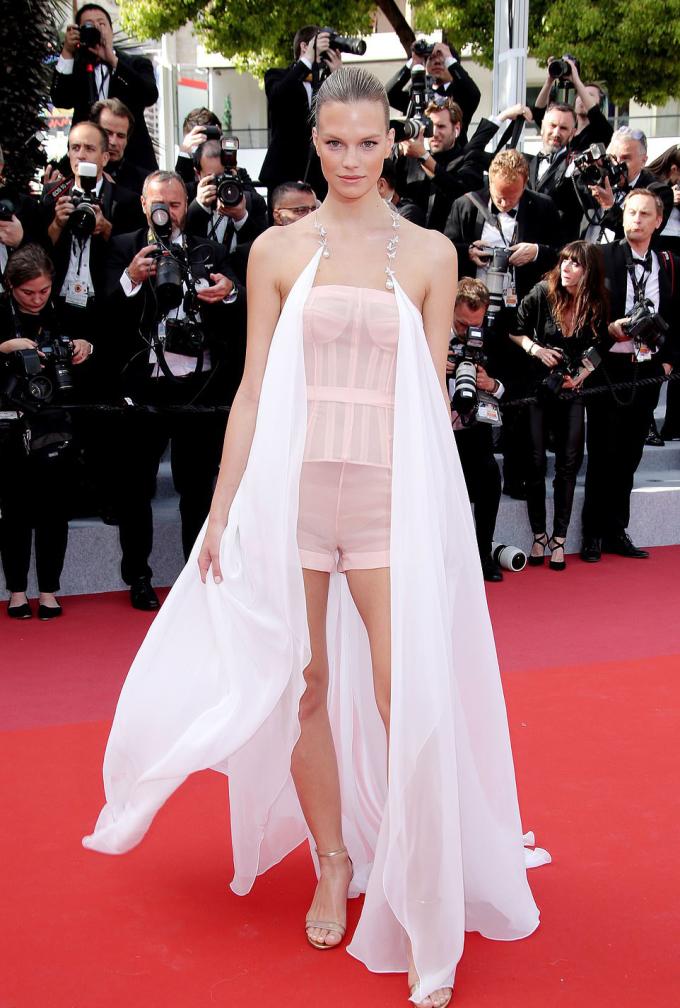 <p> Chân dài người Áo Nadine Leopold gây tranh cãi khi mặc quần shorts lên thảm đỏ. Bộ cánh gây liên tưởng đến nội y.</p>