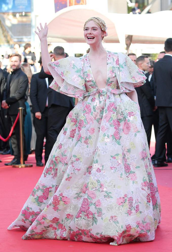 <p> Trên thảm đỏ LHP Cannes 2019 ngày hai, nữ giám khảo trẻ tuổi nhất - Elle Fanning - tiếp tục thành tâm điểm chú ý. Cô nàng mang đến diện mạo đậm chất thần tiên nhưng cũng rất gợi cảm với bộ váy hoa xẻ cổ sâu đến rốn.</p>