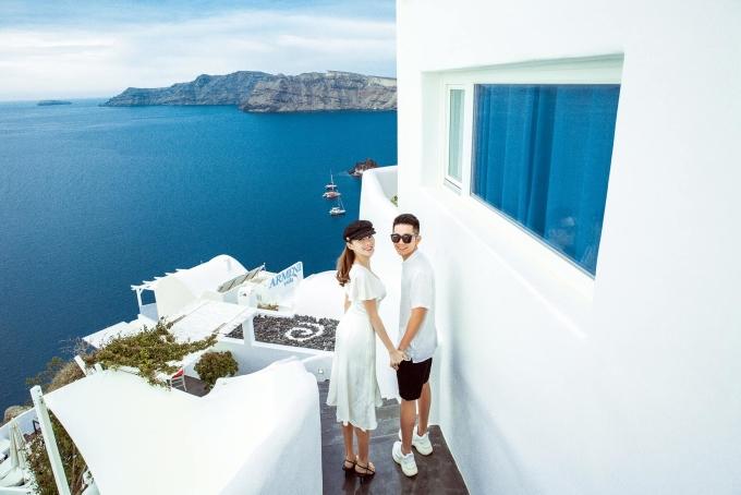 <p> Lê Hà và chồng diện trang phục đơn giản, cùng ghi lại những khoảnh khắc tình tứ tại Santorini, Hy Lạp.</p>