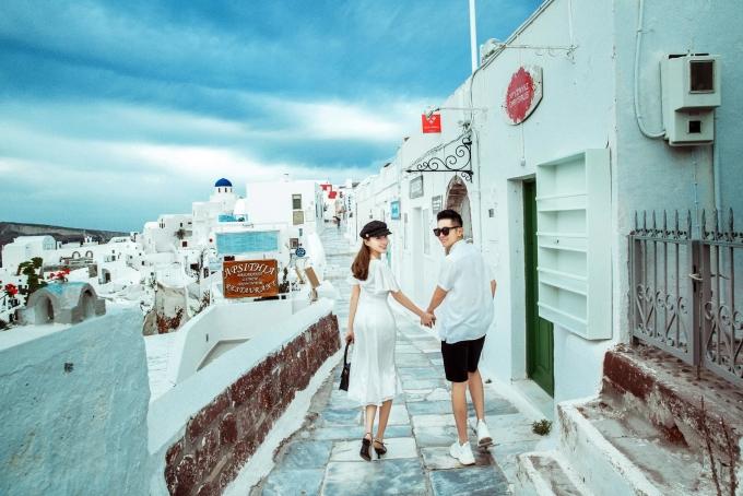 <p> Cặp đôi dắt tay nhau, sải bước qua từng khu phố.</p>