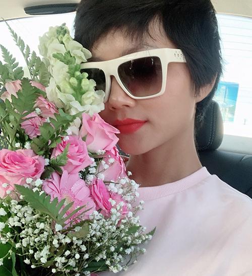 HHen Niê khoe được tặng bó hoa dễ thương khi ra Hà Nội.