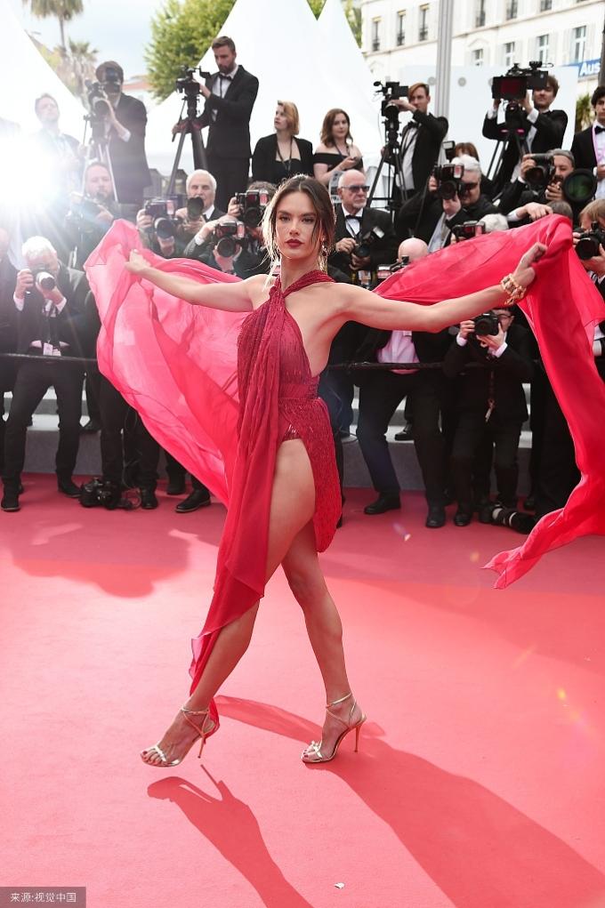 """<p> Thiên thần nội y Alessandro Ambrossio chọn trang phục """"hở trên xẻ dưới"""" khoe dáng trong ngày thứ hai xuất hiện.</p>"""