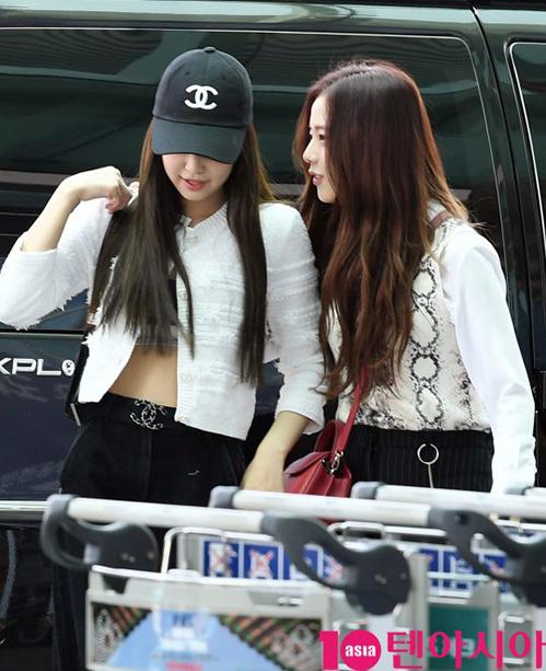 Jennie và Ji Soo nhìn như một cặp đôi khi cùng diệnđồ đen trắng, nói chuyệnthân mật.