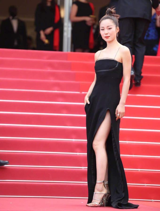 <p> Thiết kế váy đen xẻ tà cao đơn giản nhưng sang trọng được người đẹp Giang Nhất Yến lựa chọn.</p>