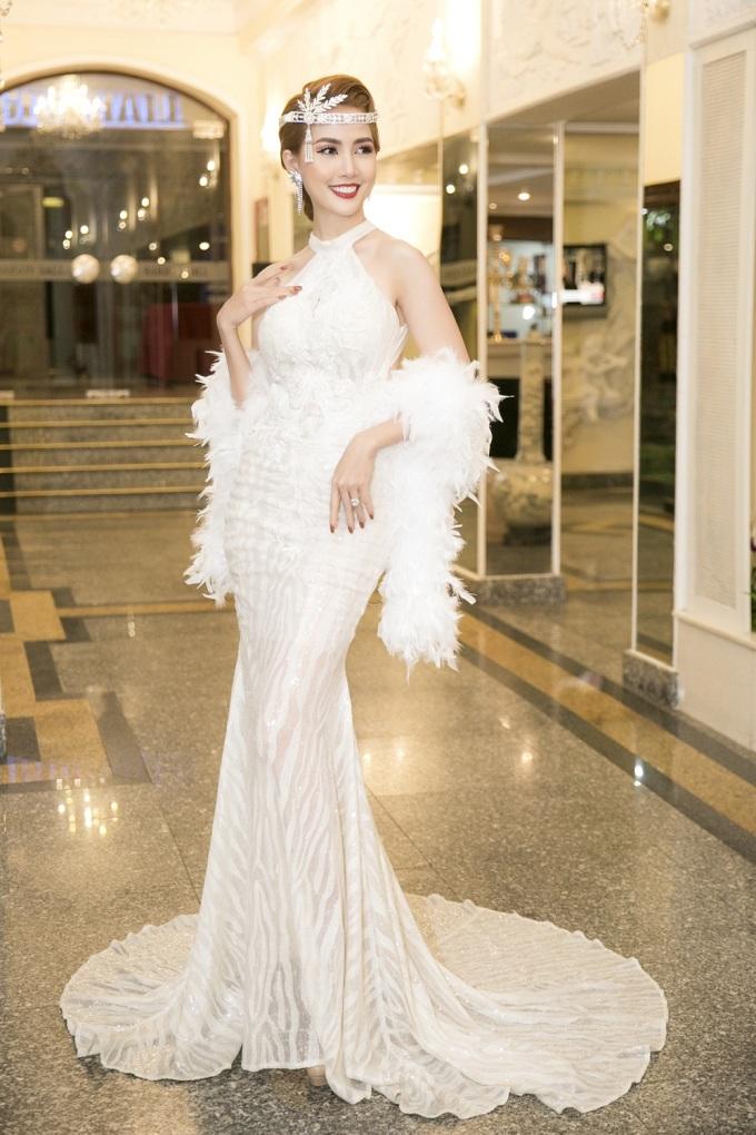 <p> Ngày 15/5, Hoa hậu Phan Thị Mơ tham dự một sự kiện ở TP HCM. Người đẹp thu hút chú ý bởi phong cách sang trọng.</p>