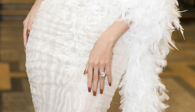 """<p> Phan Thị Mơ đeo chiếc nhẫn kim cương trị giá 5,5 tỷ đồng. Cô còn bị đồn đoán sắp sửa """"theo chồng bỏ cuộc chơi"""".</p>"""