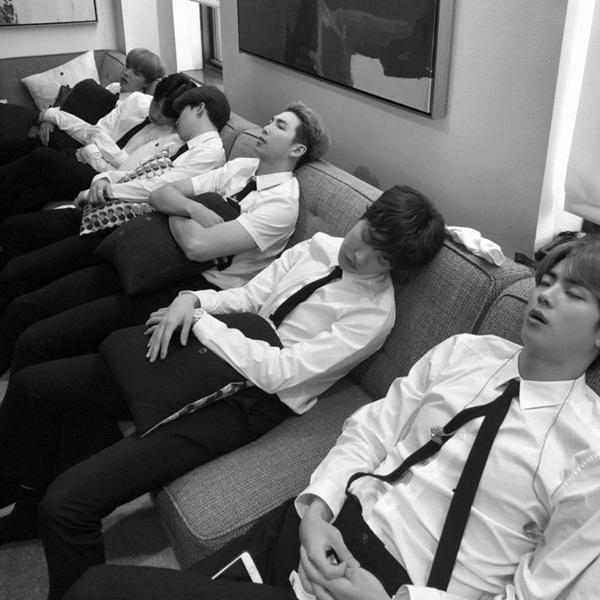 BTS tranh thủ chợp mắt trong hậu trường sau lịch trình bận rộn.