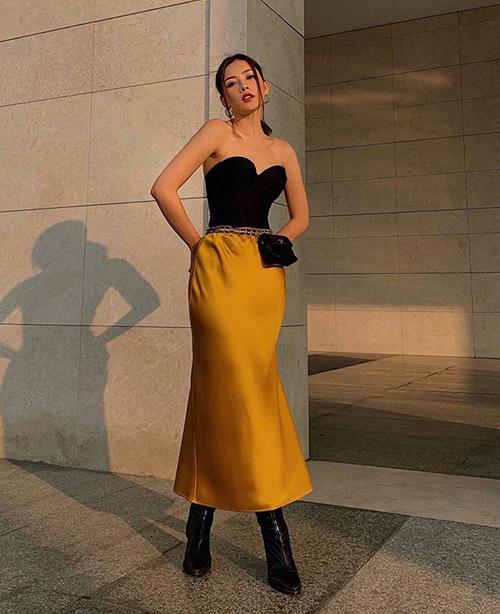 Chi Pu thử nghiệm mốt váy phồng hông độc đáo khi xuống phố. Bộ cánh rất khó mặc nhưng vẫn được cô nàng chinh phục nhờ có vóc dáng đẹp.