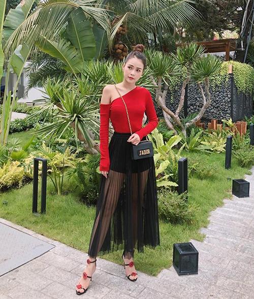 Sam trung thành với phong cách bánh bèo cả khi đi sự kiện lẫn ra phố. Cô nàng phối cả cây đồ tông xuyệt tông sắc đỏ - đen.