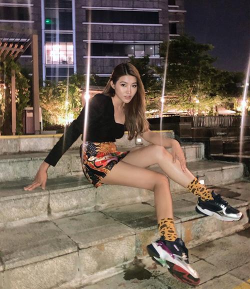 Quỳnh Châu khoe được đôi chân thon nhờ chiếc váy ngắn cũn.