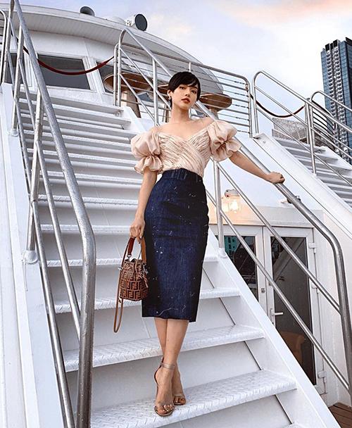 Phong cách thanh lịch, sang chảnh là tiêu chí của Khánh Linh mỗi khi phối đồ. Bộ cánh của cô nàng thêm ấn tượng nhờ có chiếc túi xách Fendi.