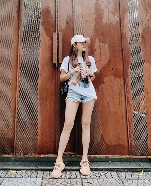 Tam Triều Dâng khoe đôi chân thẳng dài nhờ quần siêu ngắn. Set đồ của cô nàng trông đơn giản nhưng rất hợp với những ngày nóng bức.