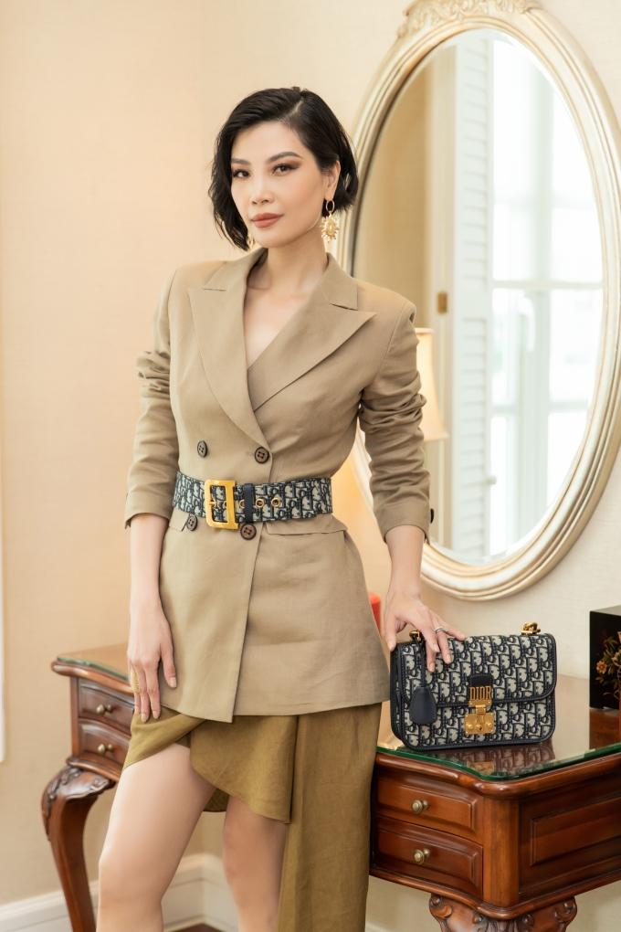 <p> Cựu siêu mẫu Vũ Cẩm Nhung phối áo vest dáng dài cùng chân váy linen ngắn trên gối tạo nên sự thanh lịch. Set đồ đặc biệt hơn khi được cô mix cùng cả bộ phụ kiện Dior.</p>