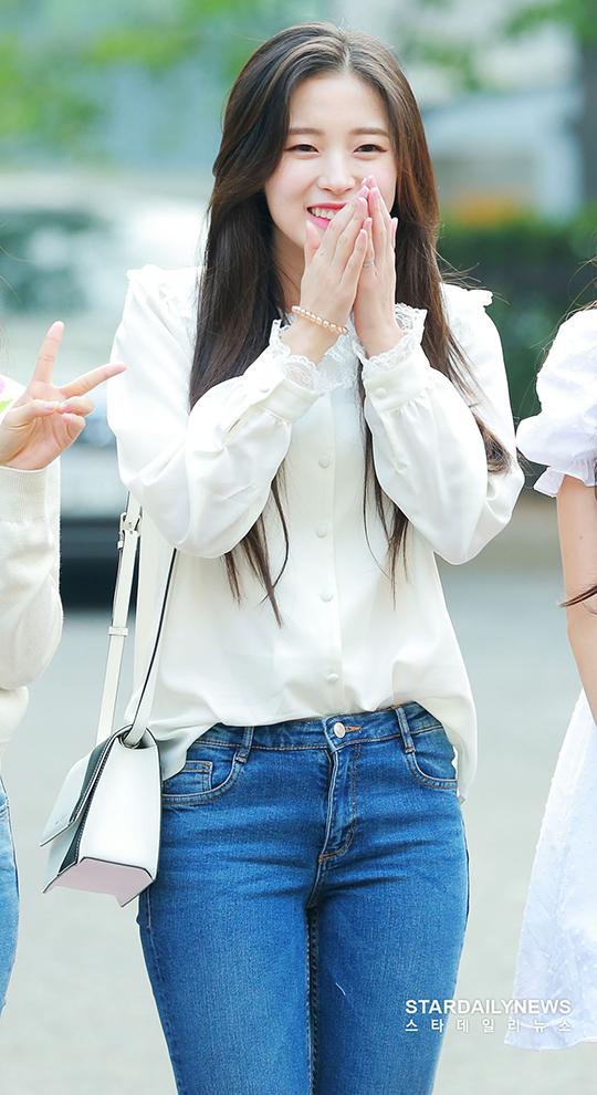 Arin nhận được sự quan tâm đặc biệt khi đến Music Bank. Cô nàng được ca ngợi là nữ thần thế hệ mới của Kpop.
