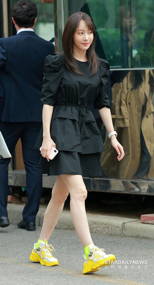 Oppa Hani nữ tính bất ngờ với kiểu váy xếp tầng.