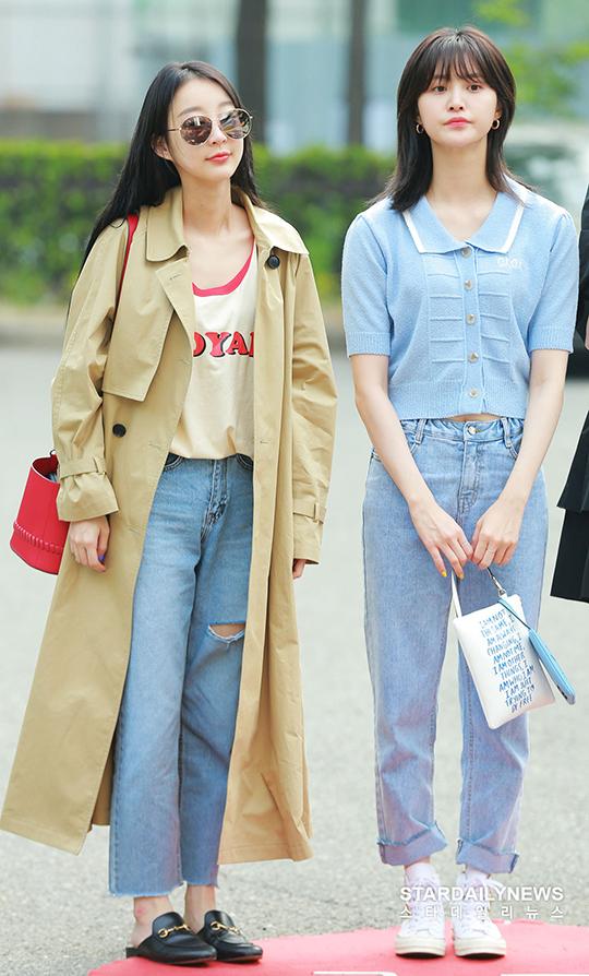 Hyerin (áo khoác be) và Jung Hwang giống như đang sống ở hai mùa khác biệt.