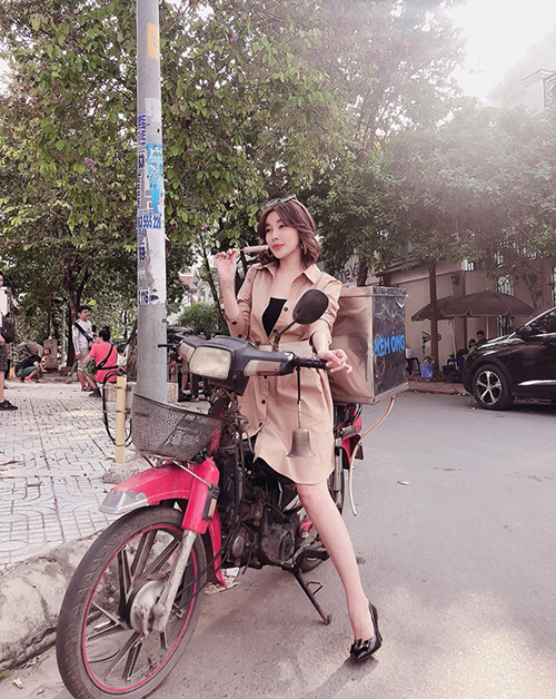 Cao Thái Hà mặc đồ rất điệu nhưng lại đi chiếc xe máy cà tàng bán kem ống.