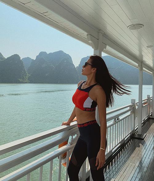 Minh Tú thả dáng trên du thuyền giữa Vịnh Hạ Long.