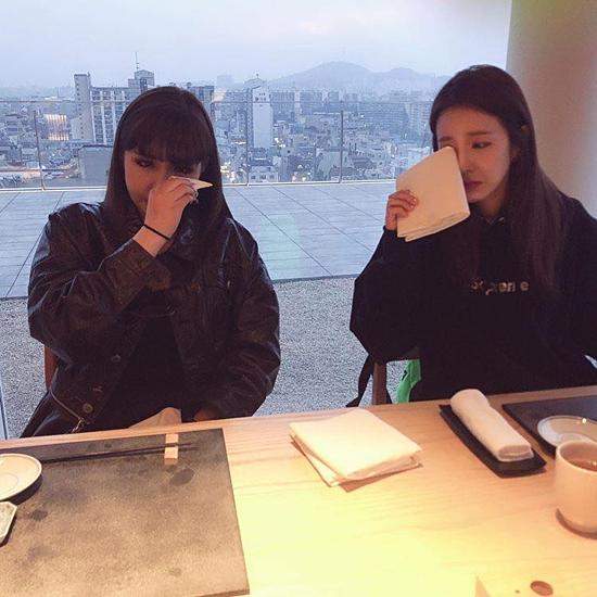 Bom và Dara rơi nước mắt trong ngày 2NE1 tái hợp.
