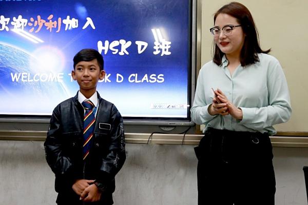 Cậu bé bán hàng rong, Salik đã đến Trung Quốc nhập học.