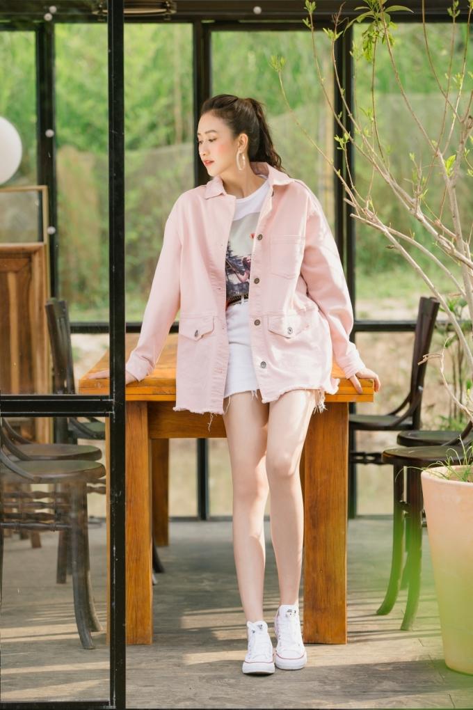 <p> Áo phông họa tiết đơn giản kết hợp cùng chân váy đơn sắc, giày thể thao tạo nên hình ảnh năng động.</p>