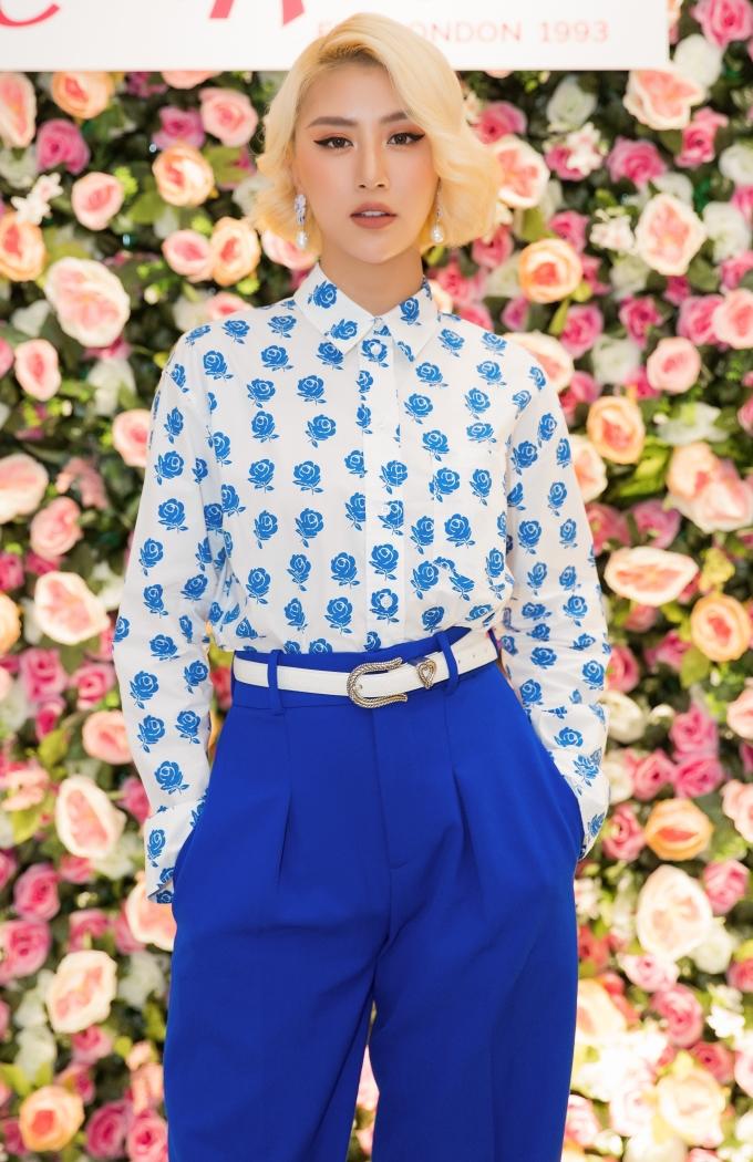 <p> Quỳnh Anh Shyn là khách mời đặc biệt tại sự kiện ra mắt một thương hiệu thời trang nước Anh lần đầu về Việt Nam vào ngày 16/5 tại TP HCM. Cô xuất hiện với trang phục đơn giản gồm áo sơ mi voan họa tiết hoa mix cùng quần ống suông.</p>
