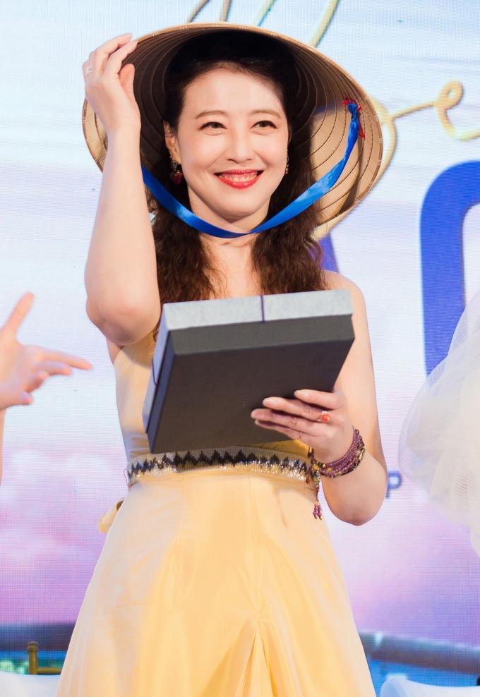 <p> Nữ diễn viên bày tỏ sự thích thú với món quà đậm nét truyền thống Việt.</p>