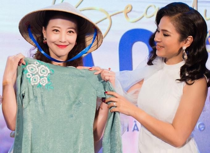 <p> Nữ diễn viên cũng không khỏi bất ngờ với một món quà khác là chiếc áo dài.</p>