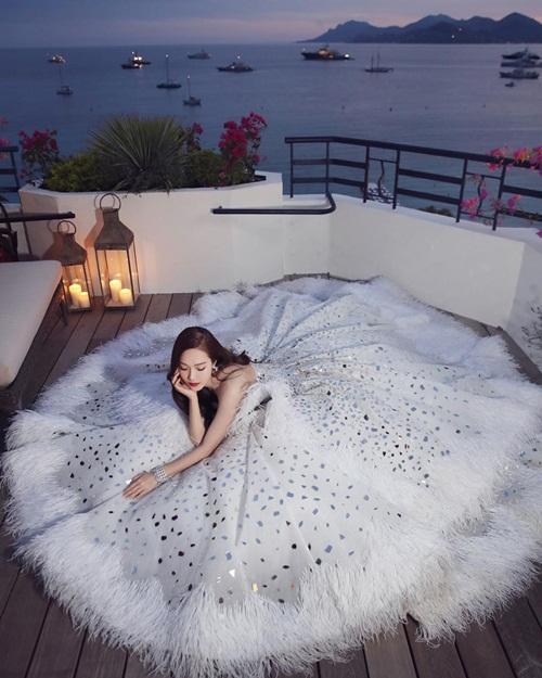 Jessica trải váy tạo dáng lộng lẫy. Đây là bộ đầm cô nàng diện khi lên thảm đỏ LHP Cannes ngày 14/5 (giờ Pháp).