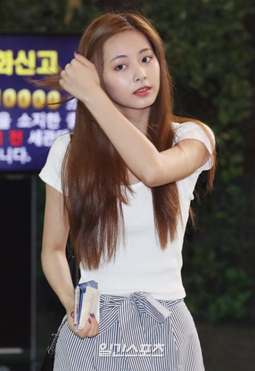 Tzuyu chỉ sử dụng son đỏ để tạo hình ảnh tươi tắn khi ra sân bay. Em út của Twice được khen nhờ làn da căng mịn.