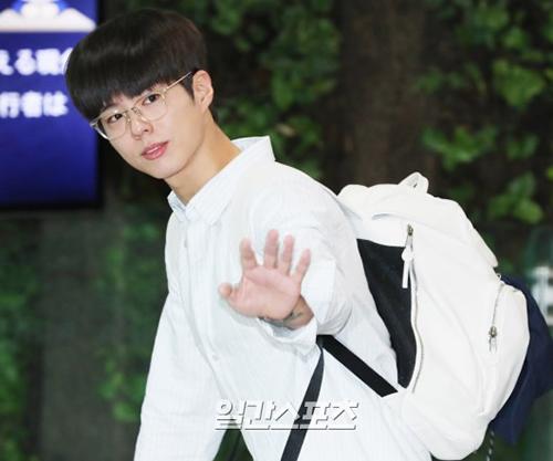Park Bo Gum để mặt mộc khiến fan nhớ đến hình ảnh tiền bối điển trai trong trường đại học.