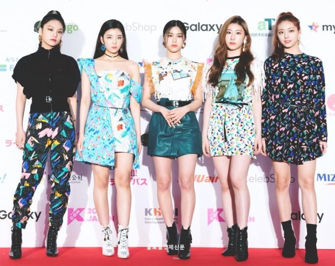 <p> ITZY xuất hiện với hình ảnh chất lừ, cool ngầu trên thảm đỏ KCON 2019 ở Nhật Bản. Tân binh nhà JYP mới ra mắt nhưng thần thái cực chuyên nghiệp ở các sự kiện.</p>