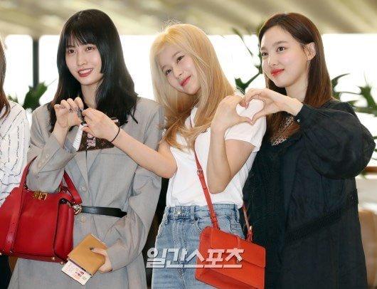 Sana (tóc vàng) là cô nàng bị tranh giành, cả Momo và Na Yeon đều muốn cùng tạo dáng trái tim.