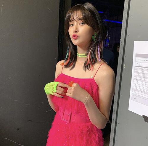 Jung Hwa (EXID) vừa quyến rũ, vừa dễ thương trong hậu trường show âm nhạc.