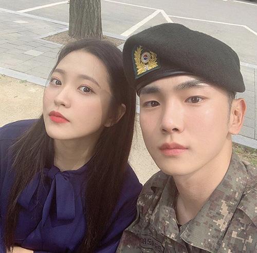 Yeri (Red Velvet) đến thăm Key trong quân đôi. Hai ngôi sao nhà SM có mối quan hệ tiền bối - hậu bối thân thiết.