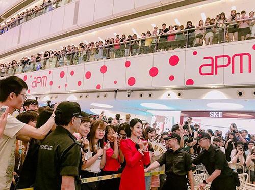 Eun Ji (Apink) được đám đông vây quanh khi tham dự sự kiện ở trung tâm thương mại.