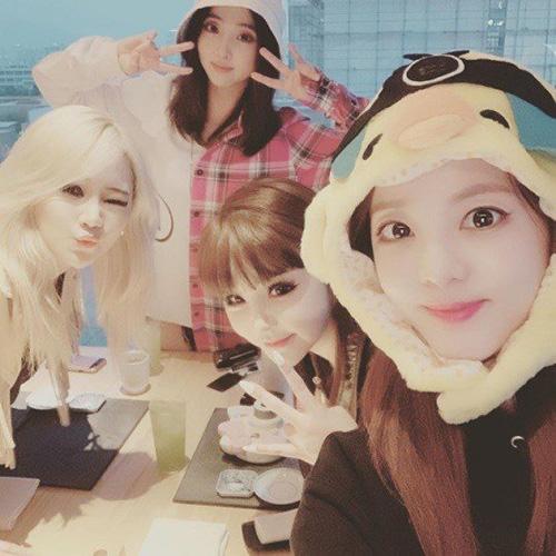 2NE1 khiến fan xúc động khi tái hợp với đầy đủ 4 thành viên.