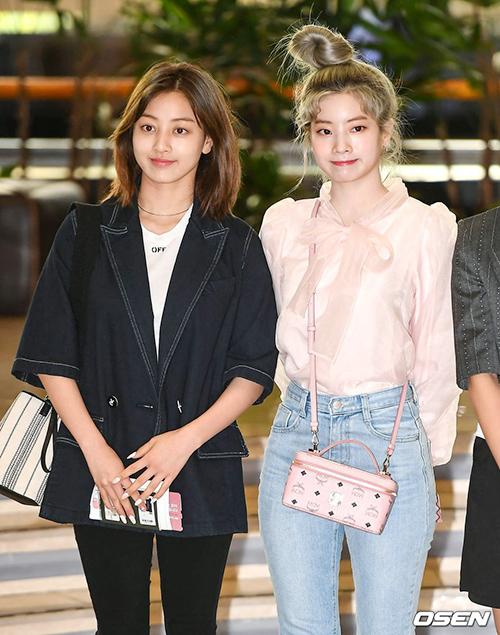 Kiểu tóc búi là style tóc ưa thích của Da Hyun, Ji Hyo thường chọn đồ đen trắng khi ra sân bay.