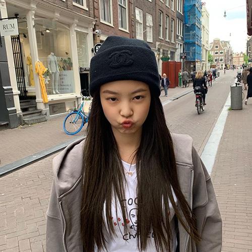 Jennie (Black Pink) để mặt mộc, tạo dáng cute trên đường phố. Cô nàng dùng mũ của Chanel.