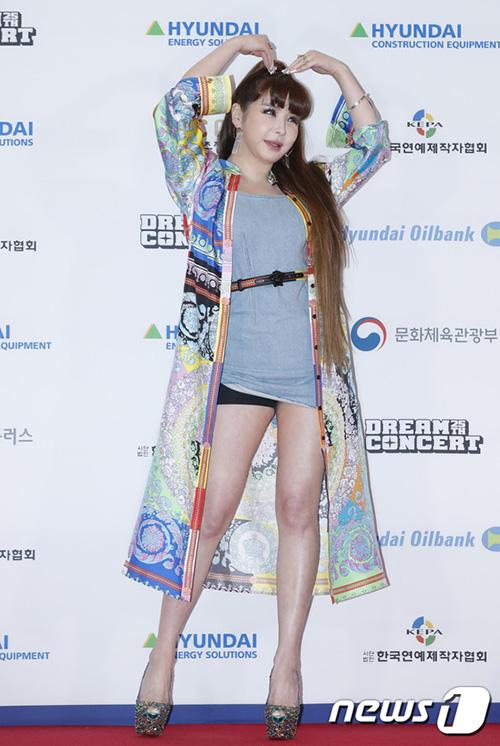 Váy của Park Bom bị vén cao, lộ cả quần bảo vệ ngay trên thảm đỏ.