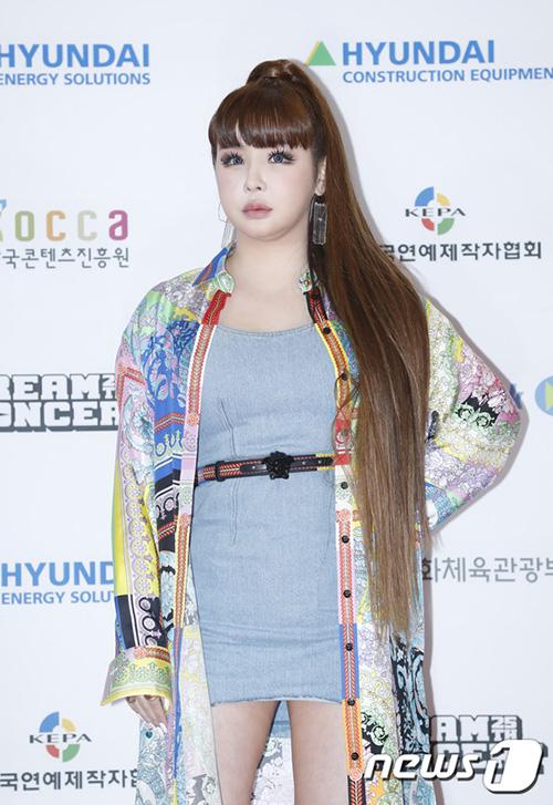 Nữ ca sĩ có thân hình mũm mĩm, cằm nọng. Thành viên 2NE1 nên giảm cân để có hình ảnh hoàn hảo trên sân khấu.