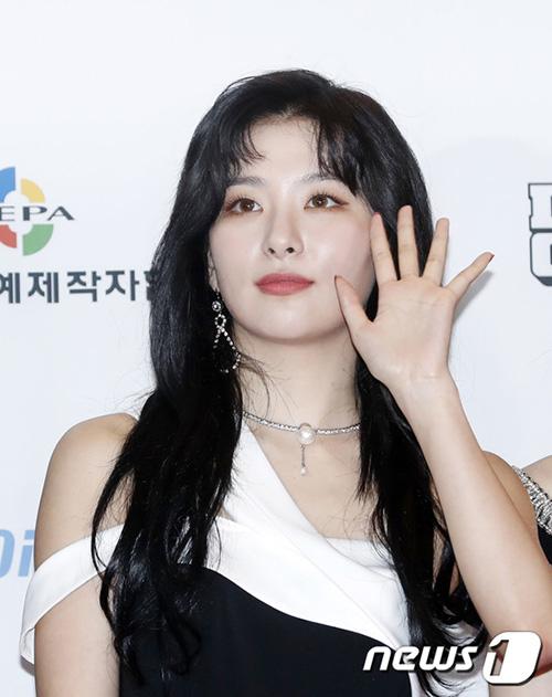 Seul Gi có tóc mái mới, fan nghi ngờ là tạo hình bí mật cho đợt comeback.