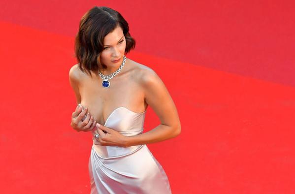 Thiết kế cúp ngực còn khiến nàng mẫu 9x thường xuyên phải chỉnh sửa tránh bị lộ vòng một ngay trên thảm đỏ.