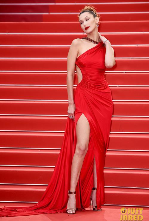 Thiết kế xẻ tà cao, khoét hông giúp Bella khoe đôi chân dài, vóc dáng mảnh mai gợi cảm.