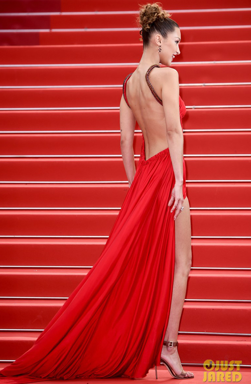 Siêu mẫu 9x ngó lơ nội y khi diện bộ cánh hở trọn lưng trần. Cô còn thường xuyên vén cao váy để vẻ ngoài càng thêm sexy.