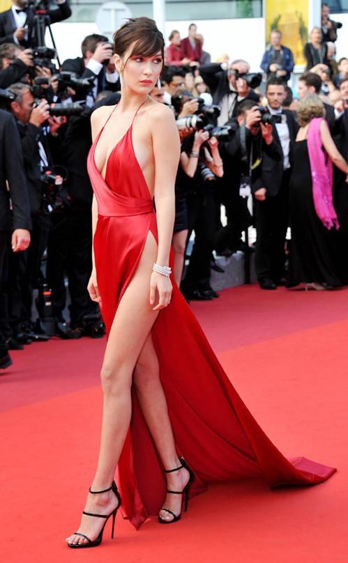 Ngay trong năm đầu tiên dự Cannes, Bella đã chiếm toàn bộ spotlight với bộ đầm mặc như không.