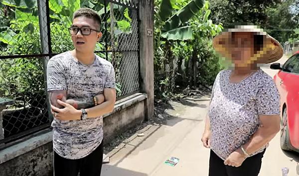 Khánh Đơn đến hiện trường vụ án, phỏng vấn người dân.