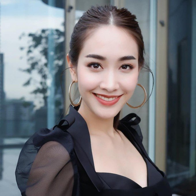 <p> <strong>10. Min Peechaya</strong><br /> Min được biết đến đầu tiên với tư cách Á hậu Miss Teen Thailand 2006 trước khi trở thành diễn viên truyền hình tài năng. Cô nàng lôi cuốn người đối diện bằng nét dịu dàng và nụ cười tỏa nắng, vì thế cũng thường đóng khung hình ảnh với những vai ngây thơ, ngoan hiền. Min Peechaya luôn biết cách thể hiện sự tinh tế, nhạy bén của mình trong lĩnh vực thời trang, những bức hình của cô được rất nhiều người yêu thích.</p>
