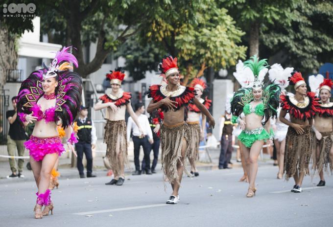<p> Chiều 19/5, Hà Nội tổ chức lễ hội Carnival đường phố tại phố đi bộ Hồ Gươm. Đây là lần thứ hai thành phố tổ chức sự kiện này sau lần đầu tiên vào tháng 9/2017.</p>