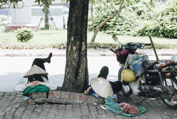 <p> Tiểu thương nằm nghỉ giữa trưa trên vỉa hè Trần Duy Hưng.</p>